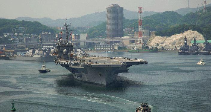 El portaaviones estadounidense USS Kitty Hawk en la base naval de Yokosuka