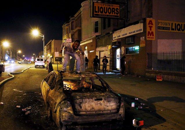 Decretan toque de queda en Baltimore por disturbios