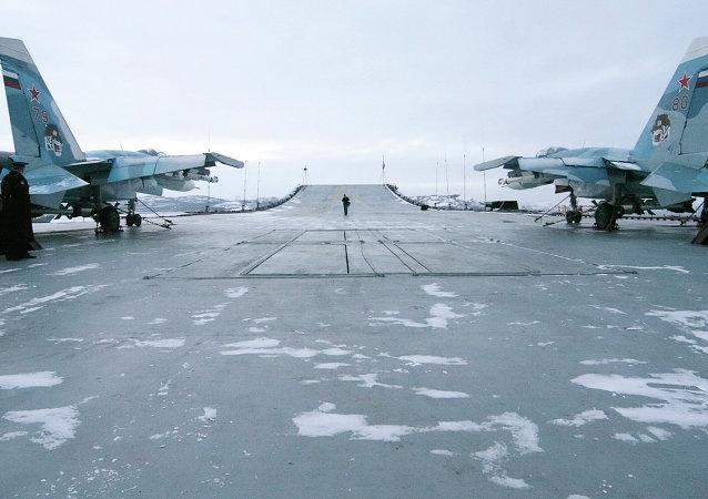 Cazas Su-33 en la cubierta del Almirante Kuznetsov