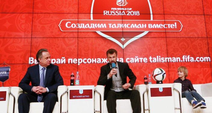 Vitali Mutko, ministro de Deportes, y futbolista Sergei Semak durante la rueda de prensa sobre una campaña para elegir la mascota del Mundial de Fútbol 2018
