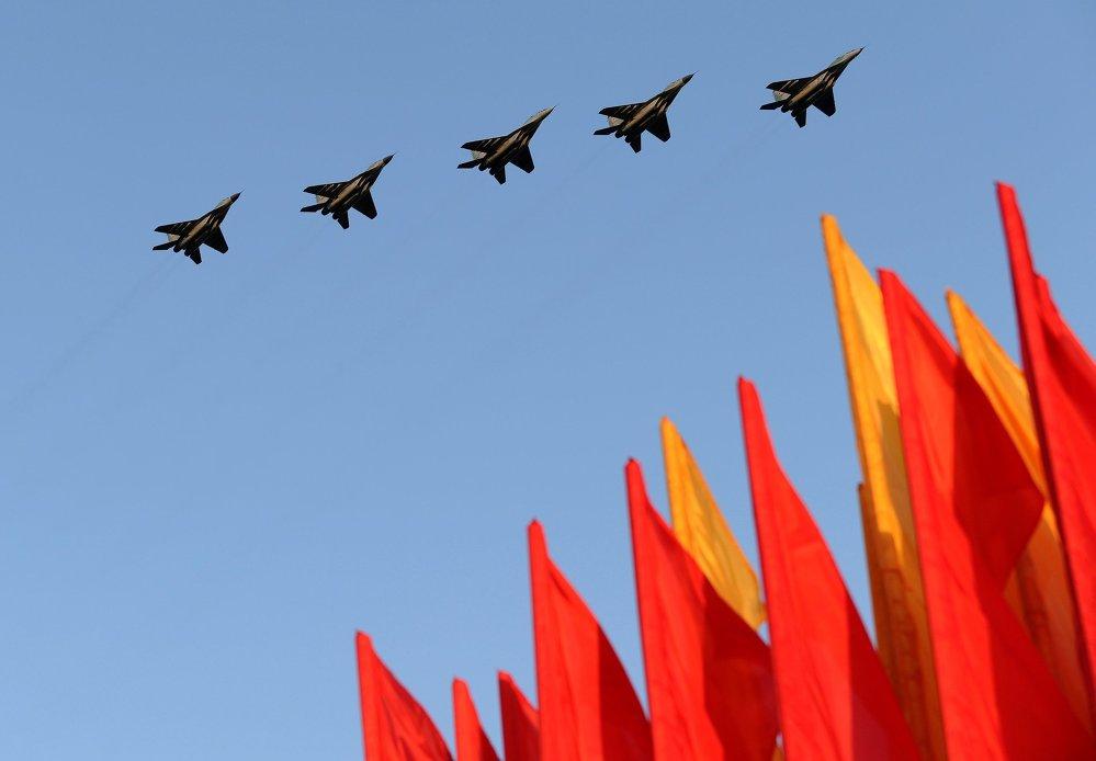 Los aviones Su-24, Su-25, Su-27, Su-34 y Mig-29 y los helicópteros Mi-8, Mi-26, Mi-28, Mi-35 y Ka-52 formarán fila en el aire durante el desfile en Rostov del Don