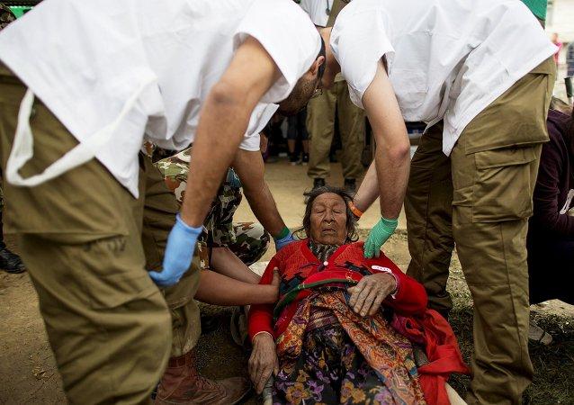 Médicos israelíes ayudan a una mujer herida en Nepal