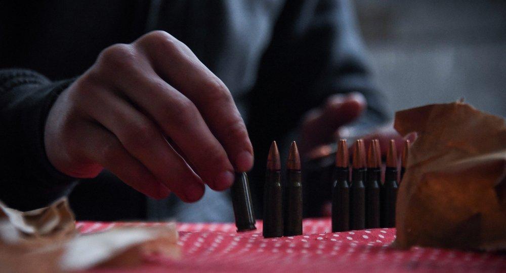 Soldado ucraniano descarga la munición