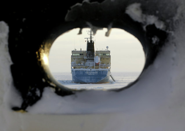 Barco petrolero se acerca a puerto