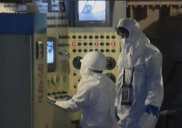 Trabajadores operan equipos en el principal reactor nuclear de Corea del Norte en Yongbyon