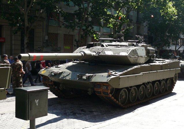 Leopardo 2E del Ejército de Tierra de España en el desfile del día de las Fuerzas Armadas de España en Zaragoza