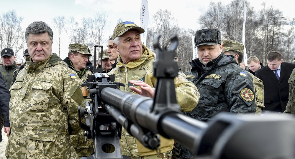 Petró Poroshenko, presidente de Ucrania (izda.)