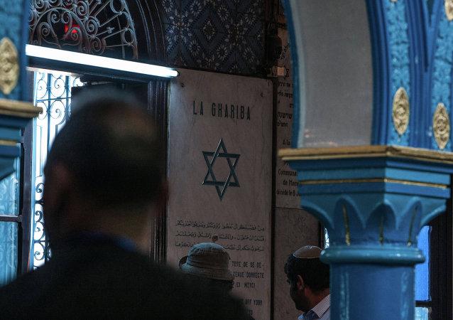 Judíos dentro de la sinagoga de El Ghriba en Túnez
