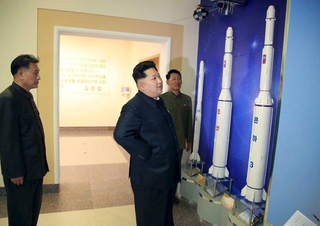 Kim Jong-un durante la visita al centro de control de satélites
