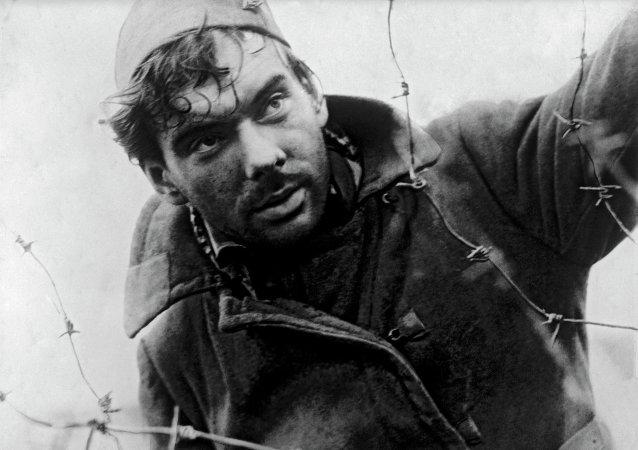 Actor ruso Alexéi Batalov en la película Cuando pasan las cigüeñas