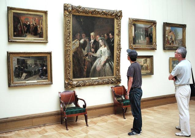 Visitantes en el museo de bellas artes de Moscú Tretiakov