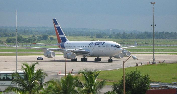 Avión civil Il-96-300 en el Aeropuerto de La Habana (archivo)