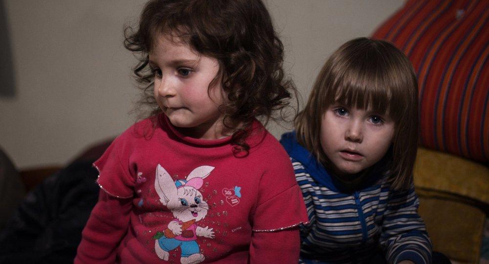Dos niñas en un refugio antiaéreo en Donetsk