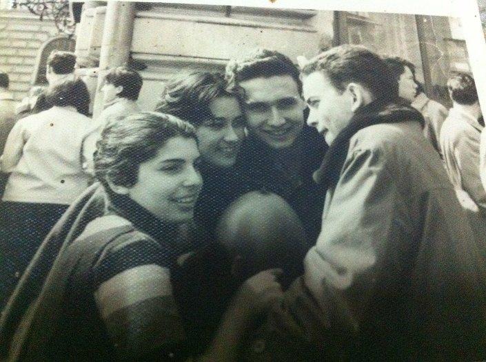 Luis Felipe, al centro, junto a otros estudiantes cubanos el 1ro de mayo de 1968