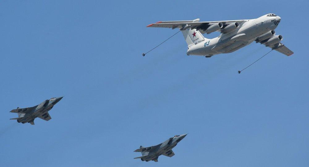 Reabastecimiento en vuelo de los cazas interceptores MiG-31 durante el Desfile de la Victoria en la Plaza Roja