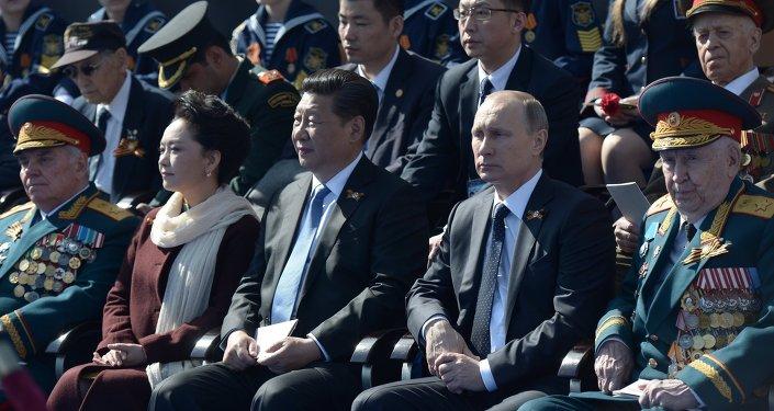 Presidente de Rusia, Vladímir Putin (segundo por la derecha), y presidente de China, Xi Jinping (centro), durante el Desfile militar en la Plaza Roja