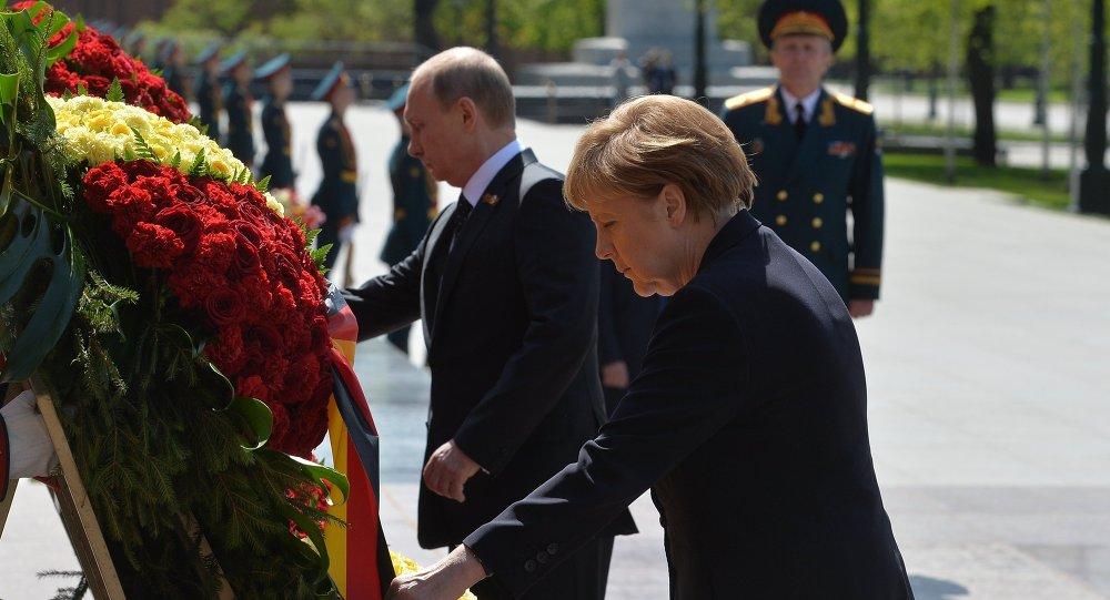 Vladímir Putin y Angela Merkel depositan una ofrenda floral ante tumba del Soldado Desconocido en Moscú