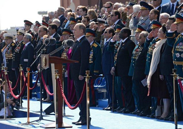 Vladímir Putin, los veteranos y los líderes invitados durante el Desfile de la Victoria en Moscú