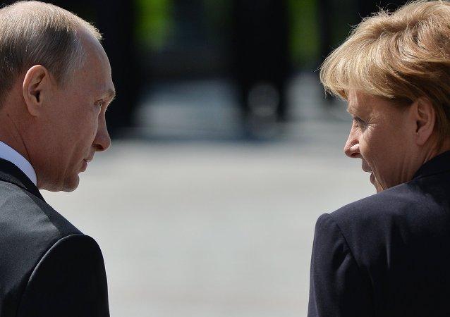 Vladímir Putin, presidente de Rusia, y Angela Merkel, canciller de Alemania