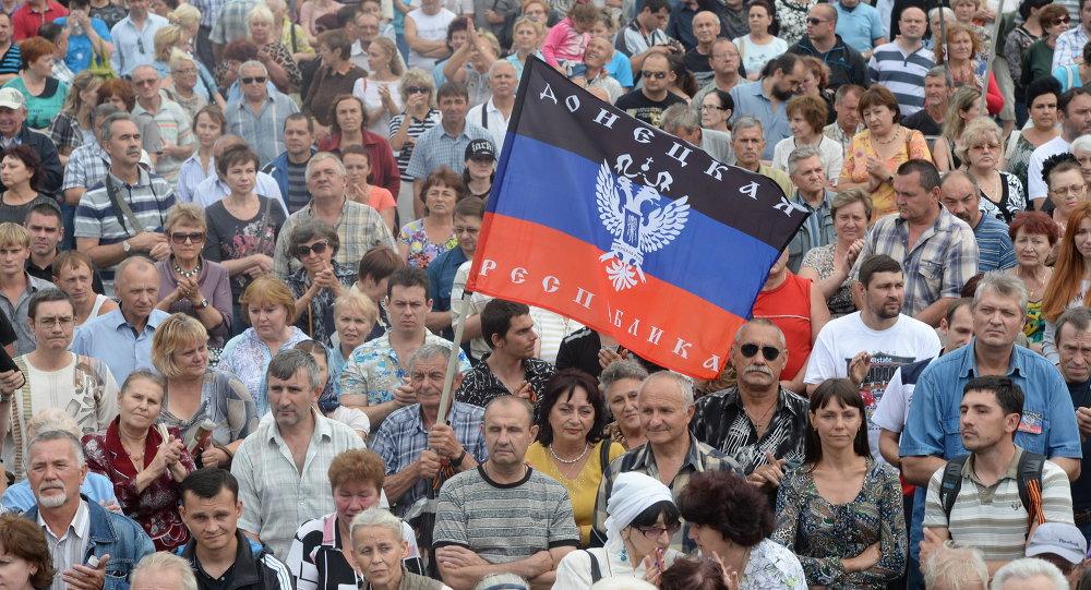 Жители города на митинге в поддержку Донецкой народной республики (ДНР) на площади Ленина в Донецке