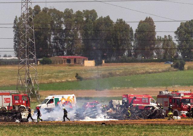 Equipos de rescate en el lugar del siniestro del Airbus A400M, Sevilla, 9 de mayo de 2015