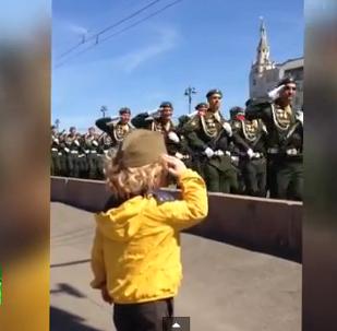 Soldados rusos responden al saludo militar de un niño