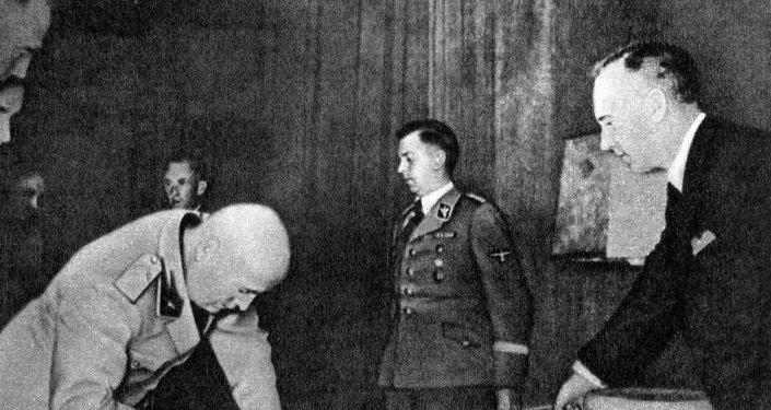 Joachim von Ribbentrop, ministro de Exteriores de la Alemania nazi (a la derecha)