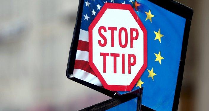 Manifestante lleva a cabo muestras durante una manifestación contra TTIP en Alemania (archivo)