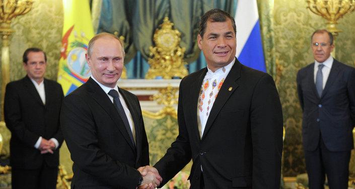 Presidente de Rusia, Vladímir Putin (izda.) y presidente de Ecuador, Rafael Correa (archivo)