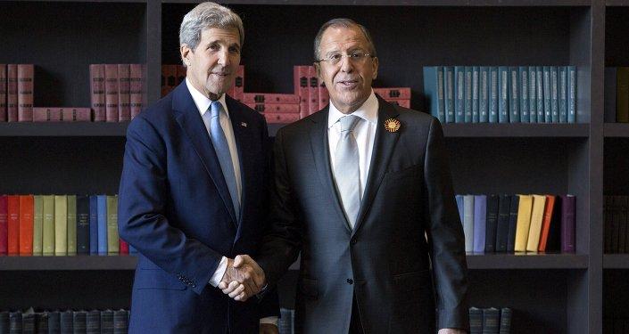 Secretario de Estado de EEUU, John Kerry (izda.) y ministro de Exteriores de Rusia, Serguéi Lavrov