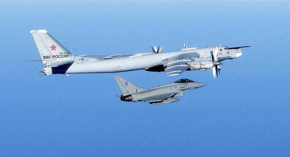 Caza Typhoon de la Fuerza Aérea Real y Tupolev Tu-95 de la Fuerza Aérea Militar de Rusia (Archivo)