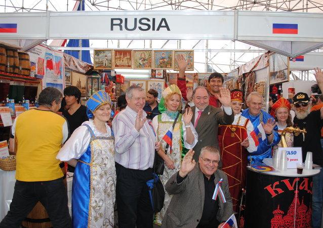 Rusia enseña en el Zócalo de la ciudad de México los souvenirs del Mundial 2018