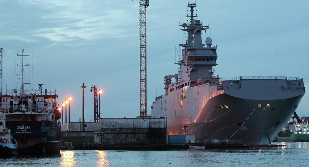 Portahelicóptero Mistral Vladivostok en el puerto de Saint-Nazaire en France