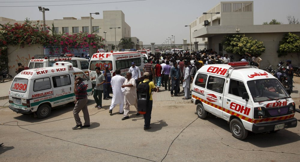 Ambulancias cerca del hospital después del ataque contra chiítas en Karachi