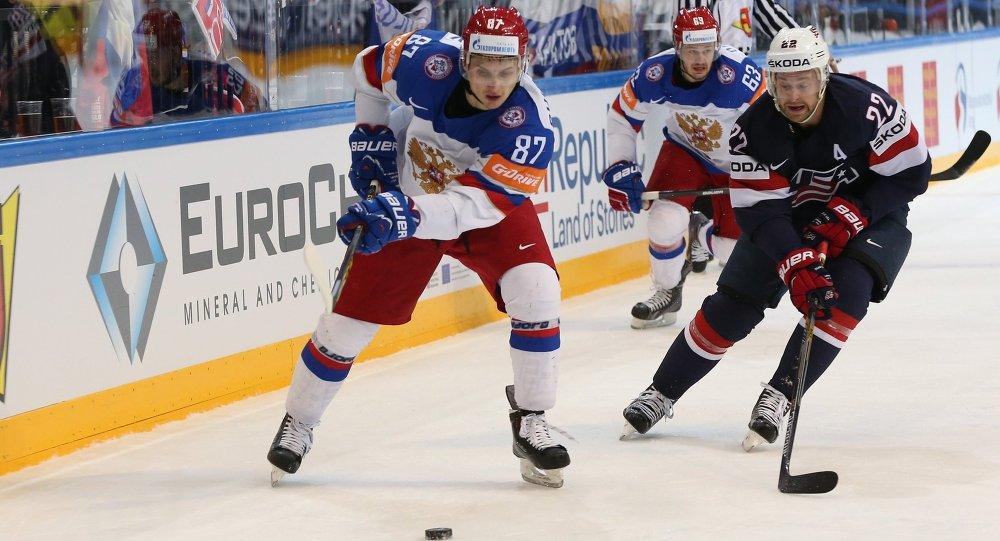Vadim Schipachiov y Evgeny Dadonov de la selección rusa y Trevor Lewis del equipo de EEUU