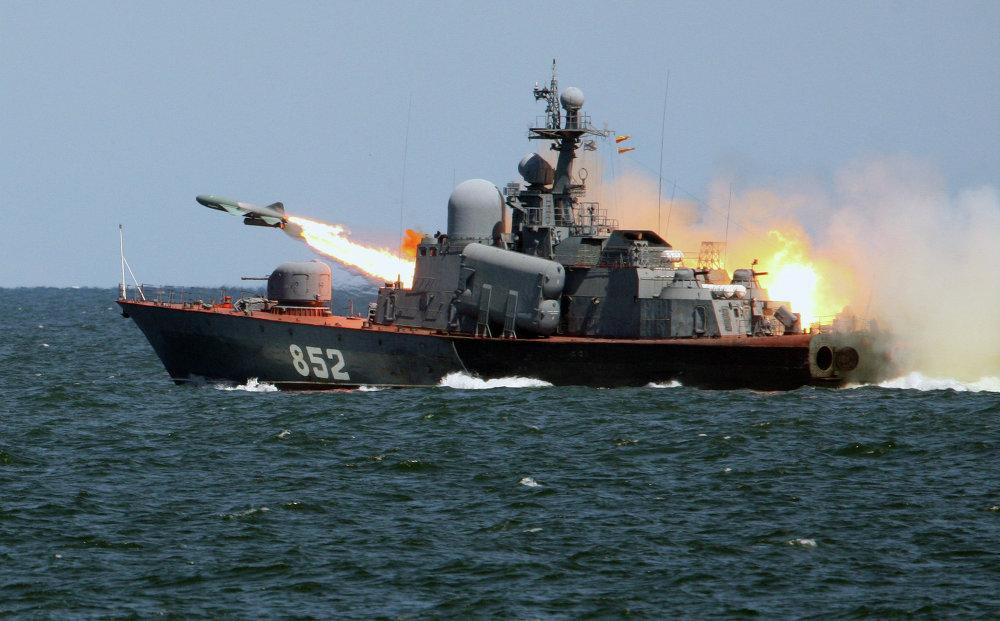 Lanzamiento del misil 'Termit' desde el portamisiles 'P-129', durante las maniobras tácticas de los buques de la Flota del Báltico.