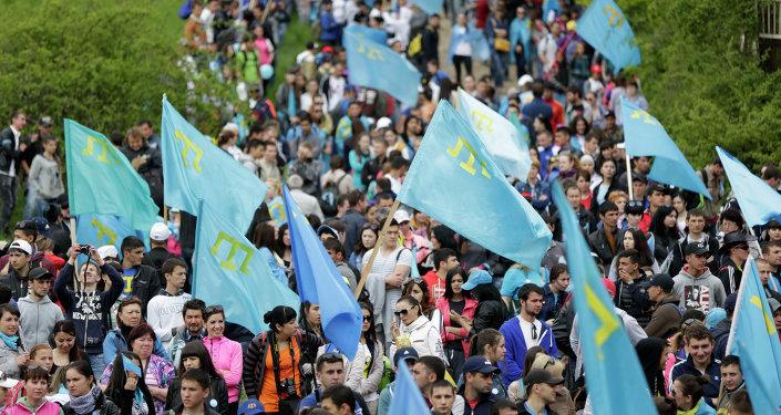 Manifestantes con las banderas de tártaros crimeos (archivo)