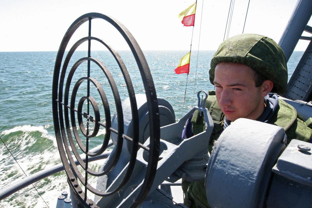 El operador de una instalación antiaérea de bajo calibre en el portamisiles Geiser, durante las maniobras tácticas de los buques de la Flota del Báltico