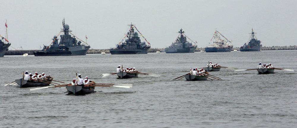 Ensayo general del desfile naval militar del Día de la Armada Rusa en Baltisk