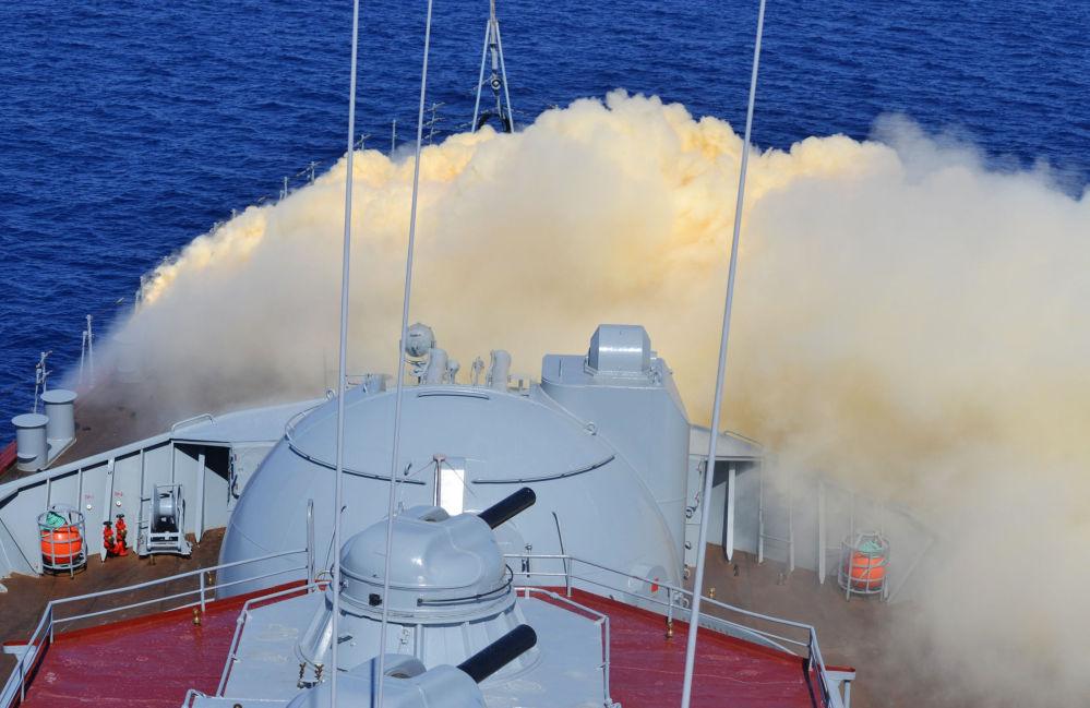 Las tripulaciones rusas y chinas se ejercitan en la defensa contra armas químicas en el crucero lanzamisiles Moskva