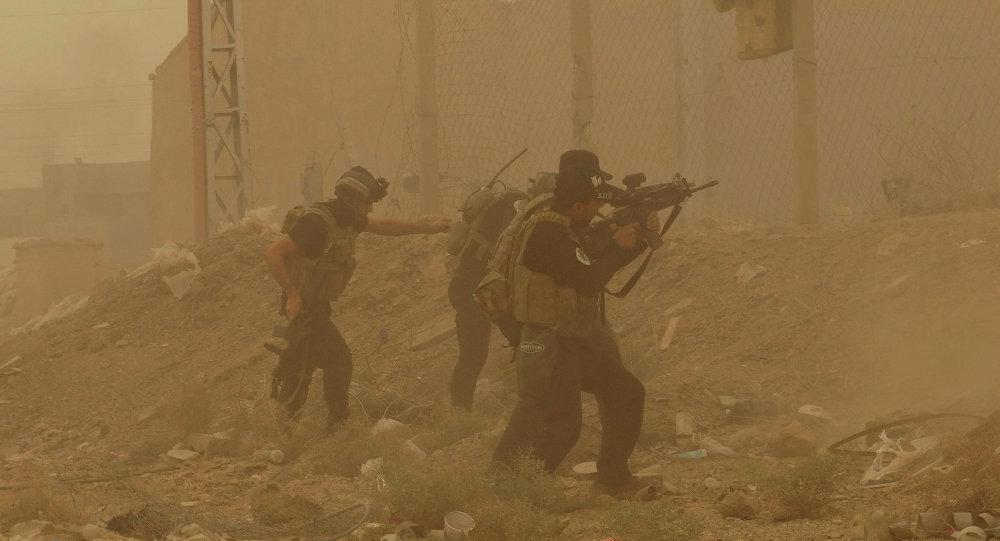 Militares iraquíes durante una tormenta de arena, en Ramadi