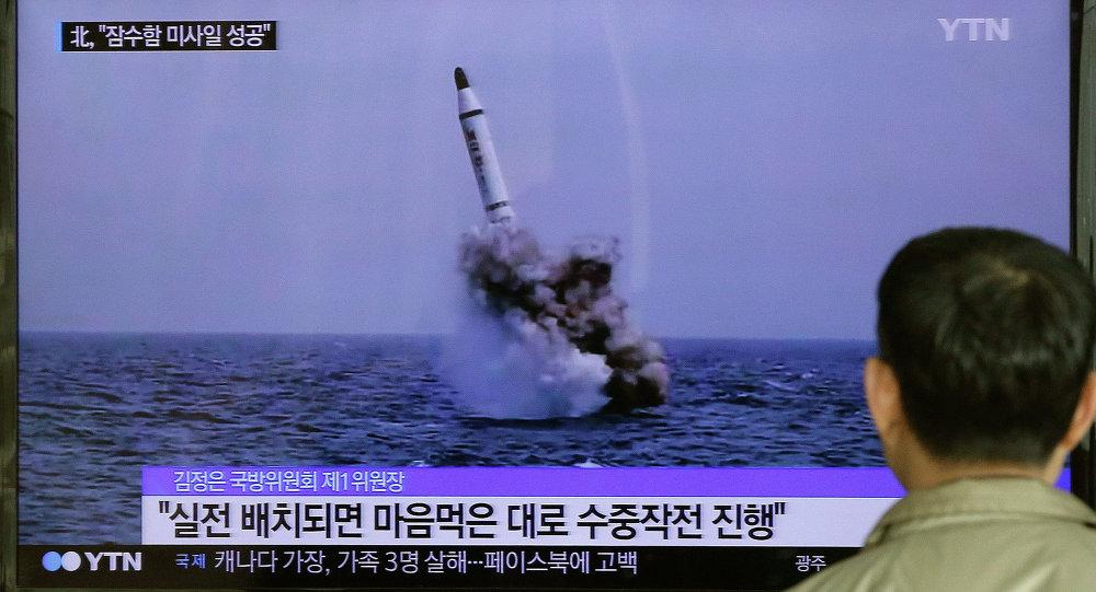 La imagen de un supuesto lanzamiento de un misil submarino por Corea del Norte, difundida por los medios norcoreanos en 2015 (archivo)