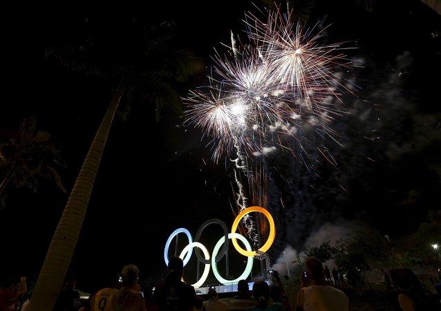 Río de Janeiro ilumina los anillos olímpicos a 442 días de Río 2016