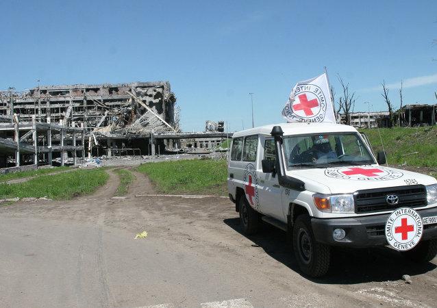 Coche de la Cruz Roja en el aeropuerto de Donetsk