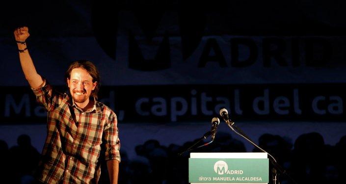 El líder de Podemos, Pablo Iglesias, festeja la victoria de la izquierda en Barcelona y en Madrid