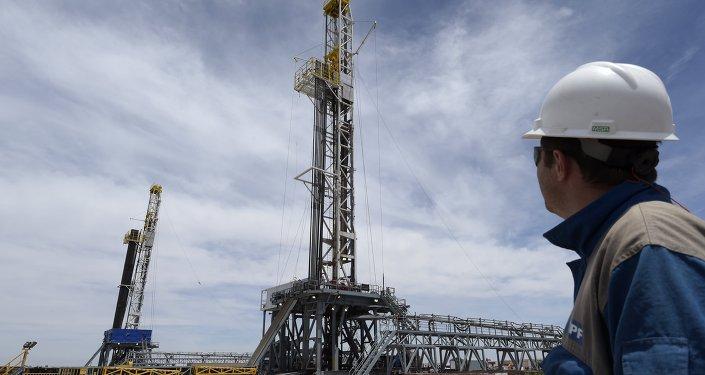 Perforación de la petrolera argentina YPF en el depósito de petróleo Vaca Muerta Shale en Loma Campana