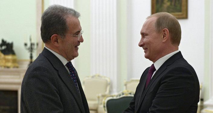 Romano Prodi, exprimer ministro de Italia y exjefe de la Comisión Europea (izda.) durante el encuentro con Vladímir Putin