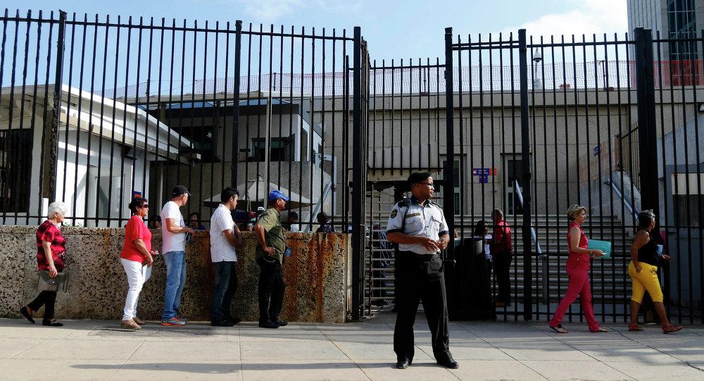 La gente viene para visas en  La Habana