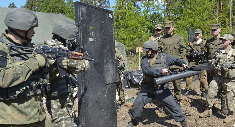 Militar del Ejército de EEUU entrena a soldados ucranianos durante los ejercicios militares conjuntos