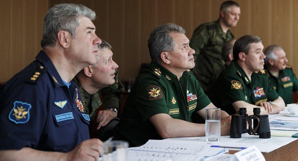 Serguéi Shoigú, ministro de Defensa de Rusia (centro)